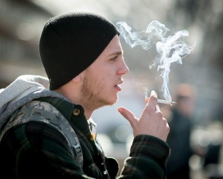 İspanya'da sosyal mesafenin uygulanamayacağı açık alanlarda sigara içmek yasaklandı