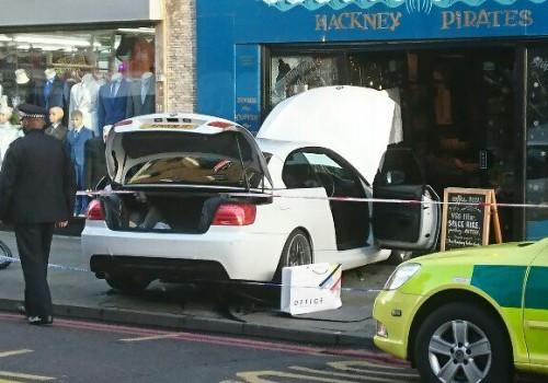 Dalston'da kaza: BMW dernek binasının içine girdi!