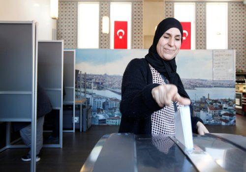 Hollanda'da Türkler camide oy kullandı!