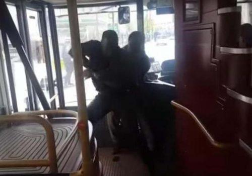 Kahraman yolcu bıçaklı saldırganı otobüste durdurdu (VIDEO)