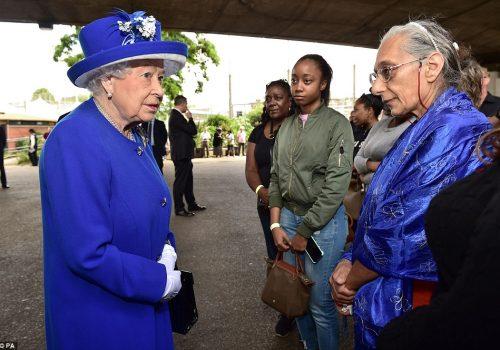 Kraliçe, yangın mağdurlarını ziyaret etti