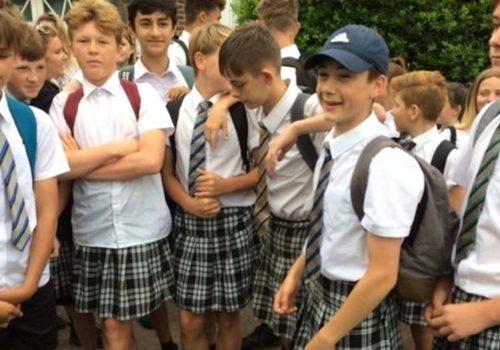 30 Öğrenci, okulda şort yasağını etek giyerek protesto etti