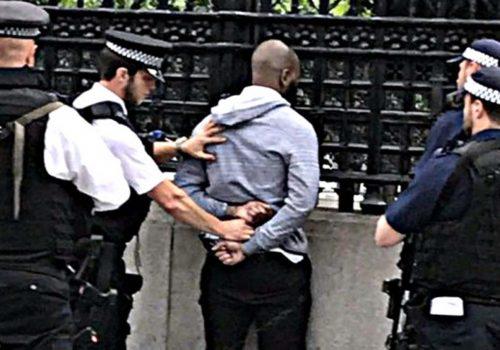 Parlamento önünde bıçaklı bir kişi gözaltına alındı