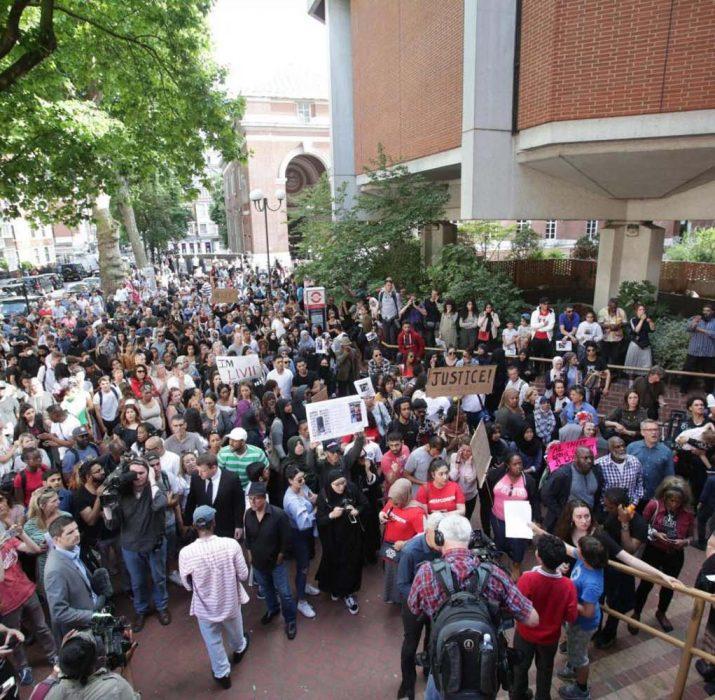 Yangının ardından yetkililer protesto edildi