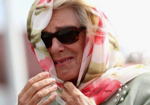 Prens Charles ve Camilla'yı utandıran gülme krizi (VIDEO)