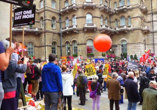 İngiltere'de İşçi Partisi May'in İstifasını İstedi