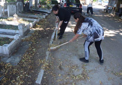 Gönüllüler Türk Mezarlığını temizledi