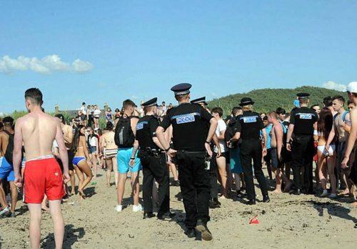 Plajda cinsel ilişkiye giren gençlere tezahürat
