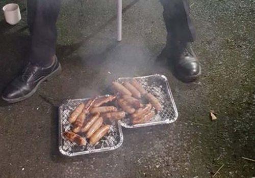 İngiliz itfaiyeciler kurtardıkları domuzların sosisini yedi
