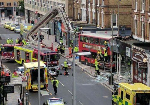 Londra'da belediye otobüsü mağazaya girdi: 6 yaralı (VIDEO)