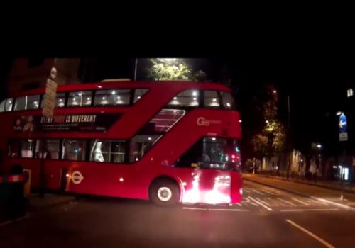 Otobüs sürücüsünün ihmali kazaya neden oluyordu (VIDEO)