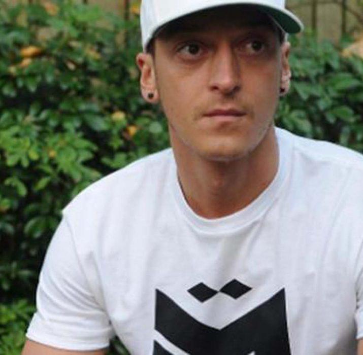 Mesut Özil patladı: Çenenizi kapatın
