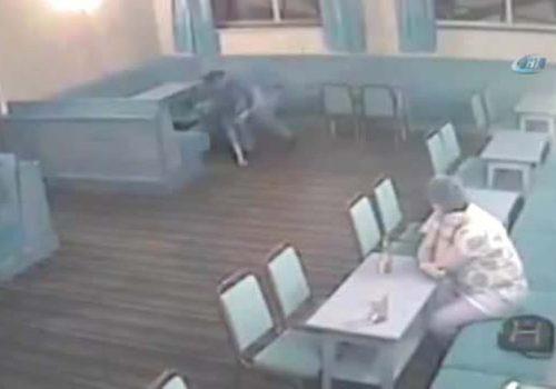 Karnına tekme atılan kadın, bebeğini düşürdü