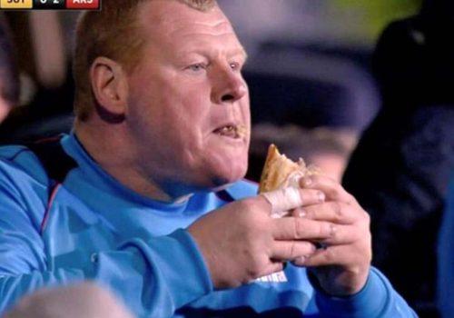 Kulübede turta yiyen kaleci, 2 ay futboldan men edildi