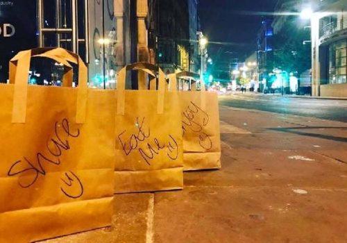 Manchester sokaklarında yiyecek dolu paketler
