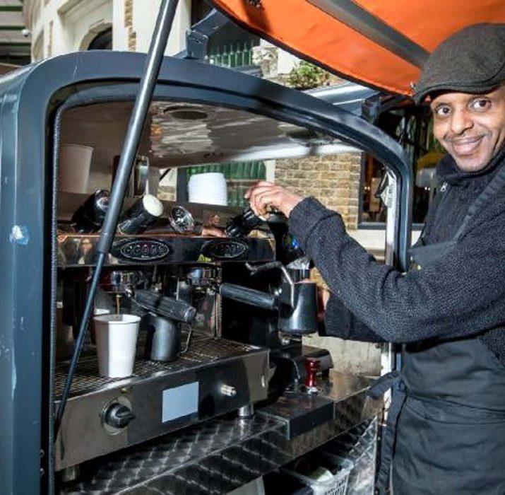 Thames'e can kurtarmak için atlayan evsiz Espresso ustası oldu