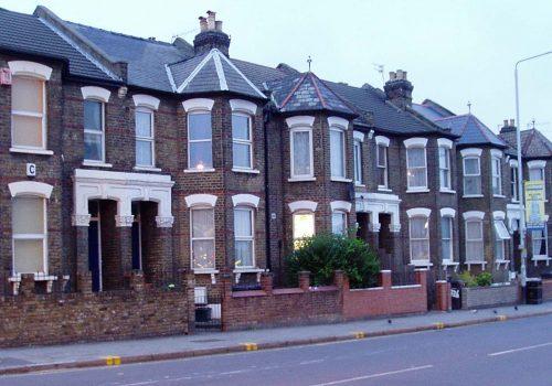 İngiltere'de bir evsize 'haklı sebep olmadan yaşadığı yeri terk etmek' suçlamasıyla dava açıldı
