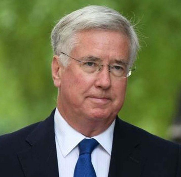 İngiltere Savunma Bakanı'ndan 'uygunsuz davranış' istifası