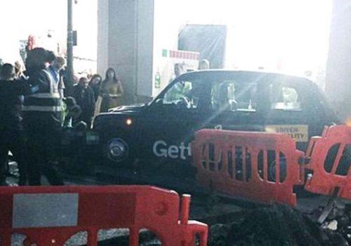 Londra'da taksi yayaların arasına daldı: 2 Yaralı