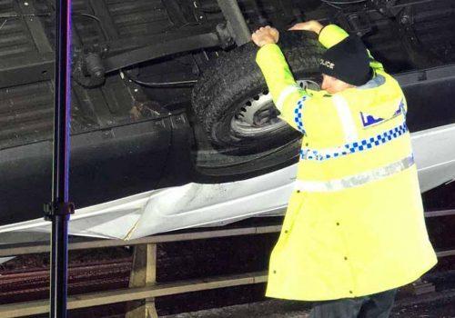 'Süpermen polis', nehre uçmakta olan kamyonu elleriyle engelledi
