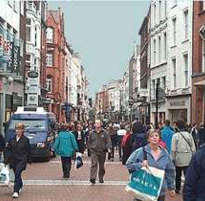 Kuzey İrlanda'da kadınlar erkeklerden daha fazla kazanıyor