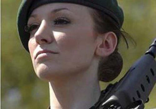 Eski güzellik Kraliçesi asker, cinsiyetçi saldırılara isyan etti