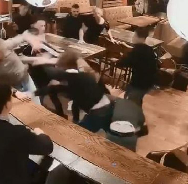 Pubda 20 kişi birbirine girdi