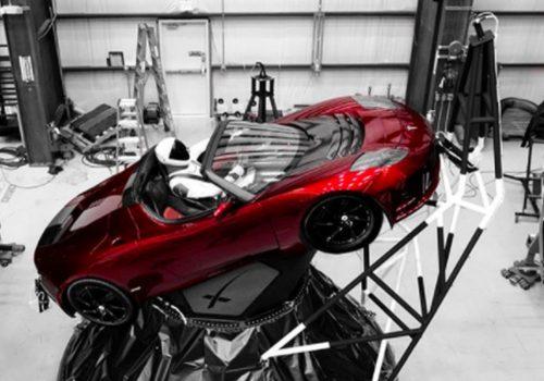 Elon Musk uzaya araba gönderdi
