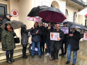 BAF Büyükelçilik binasına siyah çelenk bıraktı