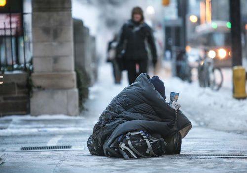 Soğuk ve karlı Londra sokaklarındaki evsizlere yardım edelim
