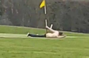 Golf sahasındaki delik ile ilişkiye girdi!