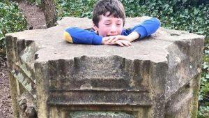 Küçük Max anıta sıkıştı