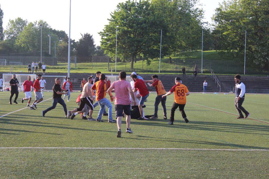 Kupa final maçının hakemine saldırı!