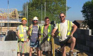 Şort giymeleri yasaklanan inşaat işçileri elbise giydi!