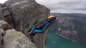 İngiliz paraşütçü metrelerce yükseklikten düştü!