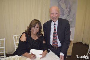 Aycan Saraçoğlu şiir kitabını imzaladı