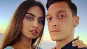 """Amine'den nişanlısı Mesut Özil'e destek: """"Her zaman yanındayım"""""""