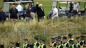 Trump protestoların gölgesinde golf oynuyor