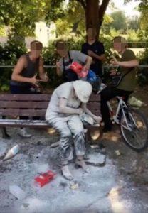 Engelli yaşlı kadına böyle eziyet ettiler!