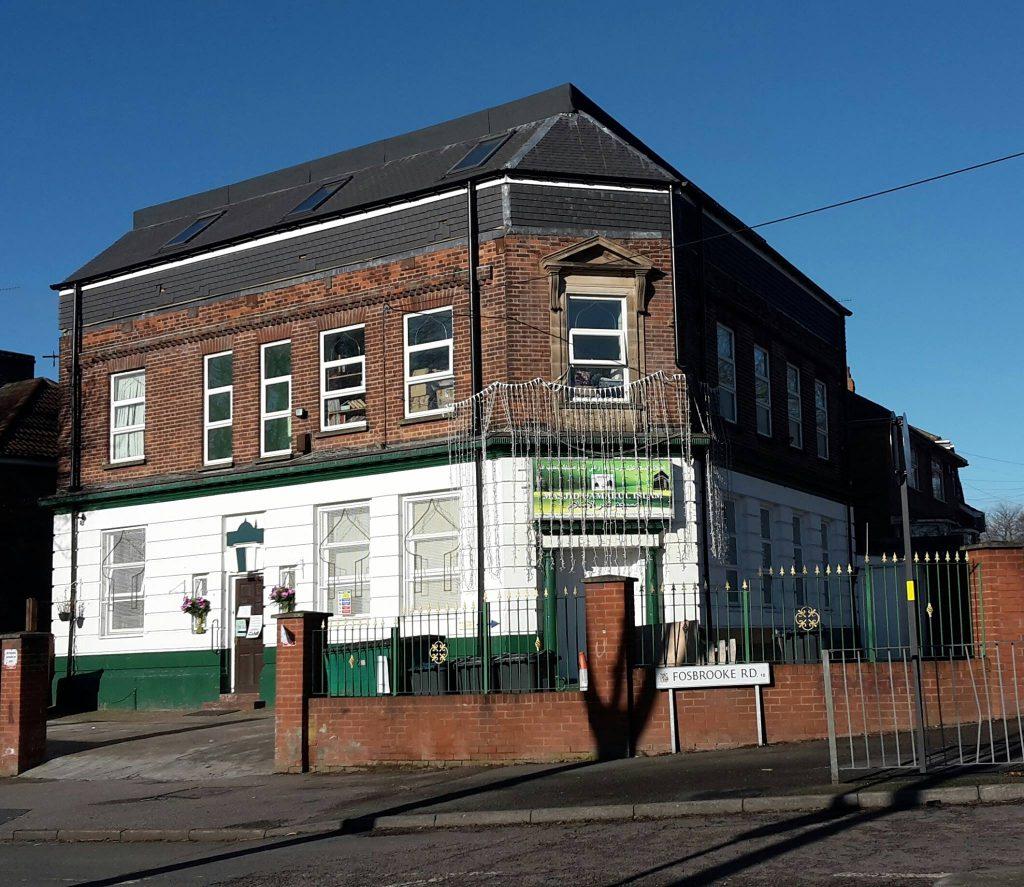 İngiltere'de iki camiye sapanlı saldırı
