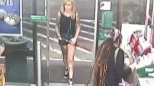 Bakkalda baltayla iki kişiye saldırdı