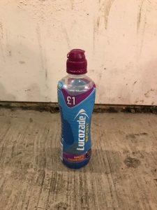 Gençler asit dolu Lucozade şişesi ile yakalandı