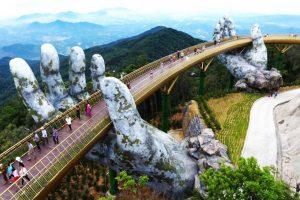 Dev taş eller tarafından tutulan köprü turist akınına uğruyor