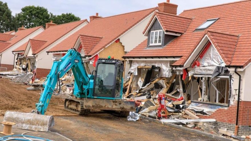 Parasını alamayan taşeron vinçle binaları yıktı