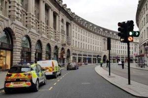 Polisin takip ettiği araç otobüs durağına çarptı: 4 yaralı