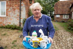 Boris Johnson gazetecilere böyle çay ikram etti