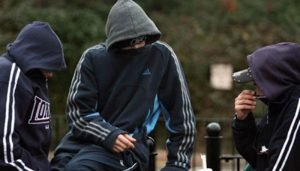 Londra'da çocuklara bıçak, alkol ve tütün satılıyor…