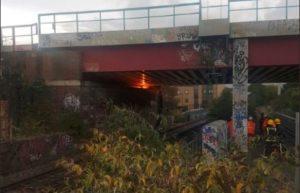 Güney Londra'da bulunan demiryolu köprüsünün altında yangın