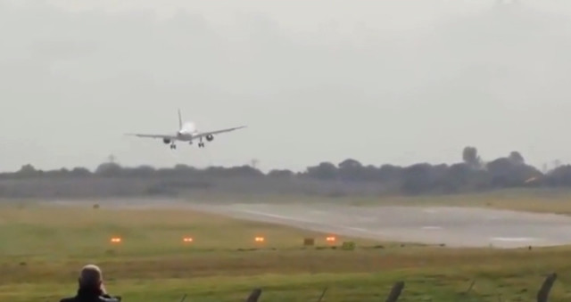 Uçak, fırtınanın etkisiyle piste inemedi