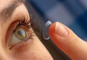 Kontakt lens kullananlara 'körlüğe yol açan enfeksiyon' uyarısı